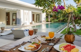 Villa Kyah - Breakfast by the pool