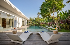 Villa Kyah - The pool and sunloungers